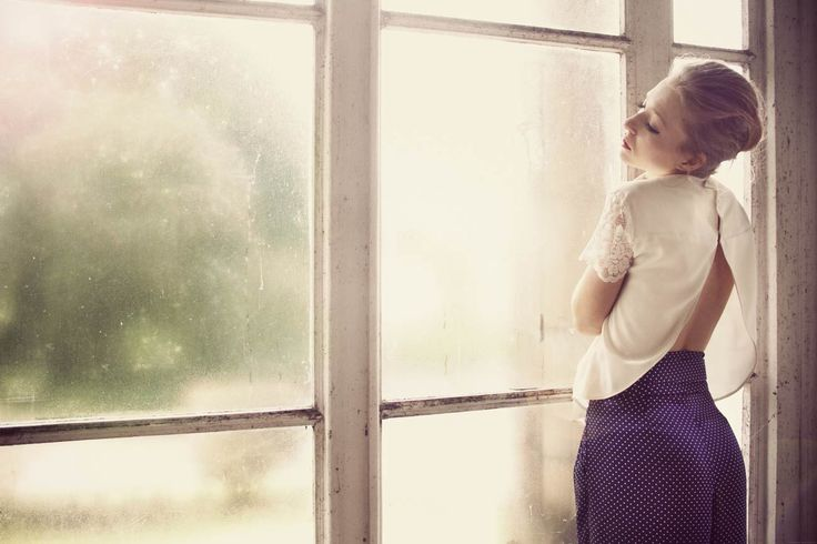 Blusa blanca con espalda descubierta y pantalón azul con lunares blancos.