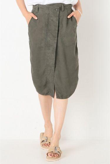 テンセル Vintage ミリタリースカート  テンセル Vintage ミリタリースカート 22680 ミリタリーシャツをリメイクしたようなデザインがポイントのタイトスカート フロントのシャツのカッティングがコンパクトなトップスと相性の良いデザイン とろみのあるテンセル素材を使用した深みのあるグリーンは秋冬にも着ましの効くカラーです 取り扱いについては商品についている洗濯表示にてご確認下さい 店頭及び屋外での撮影画像は光の当たり具合で色味が違って見える場合があります 商品の色味はスタジオ撮影の画像をご参照下さい モデルサイズ:身長:165cm バスト:80cm ウェスト:58cm ヒップ:82cm 着用サイズ:36
