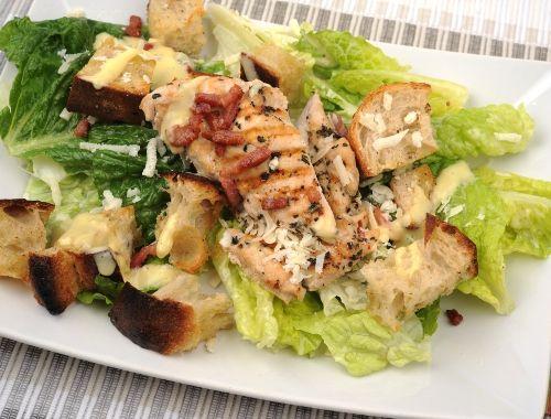 Ceasarsallad med grillad kyckling, ceasardressing, parmesan, bacon och surdegskrutonger.