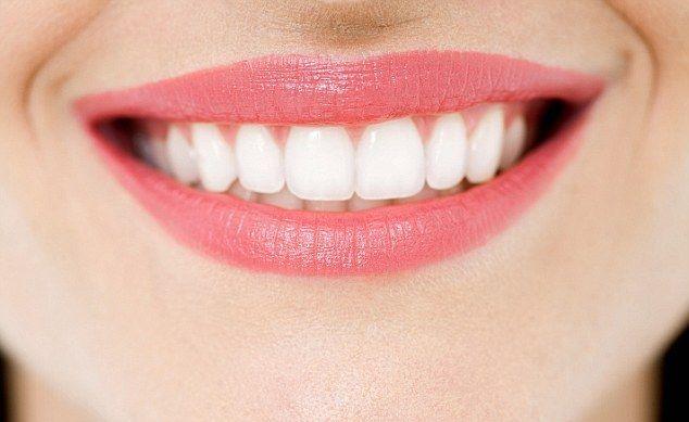 Strofinalo delicatamente sui denti e, mentre dormi, ''lui'' trasforma la tua bocca (davvero). Il rimedio per un sorriso perfetto e brillante è questo (e costa davvero una sciocchezza)