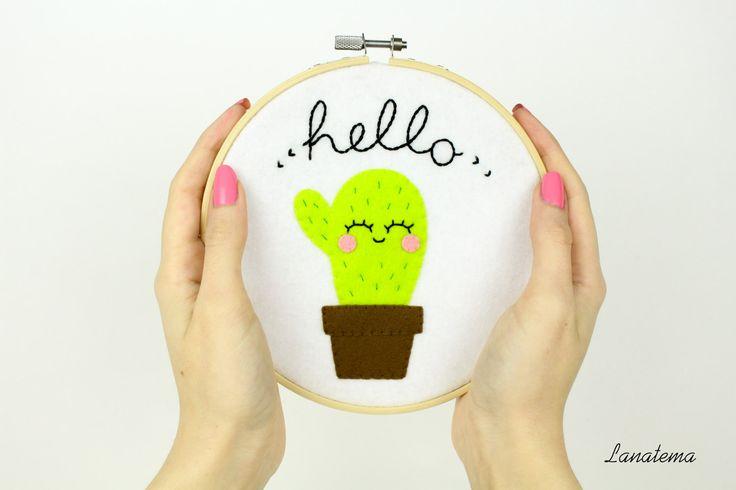 Telaio cactus ricamato, cactus sorridente, telaio pannolenci bianco, decorazione ingresso, pianta grassa, decoro da parete, scritta hello di Lanatema su Etsy