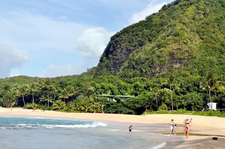 Praia Haena é um pedaço do céu, onde selva tropical exuberante encontra praias de areia branca e águas azul-turquesa. O popular Monte Makana (Bali Hai) está misteriosamente acima da Praia Haena e oferece um cenário espetacular para pores-do-sol. Costa norte de Kauaí, Havaí, USA.