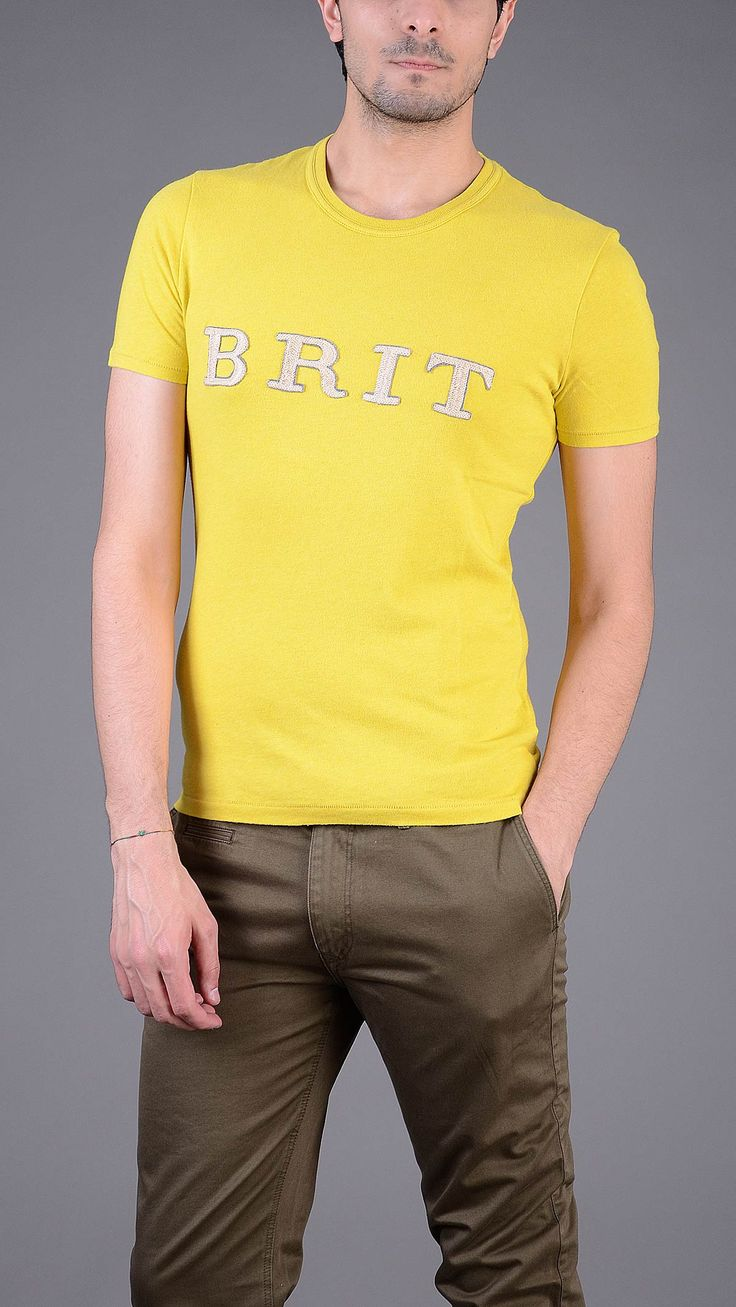 Yellow crew neck T-shirt with BRIT contrast print. 100% cotton.