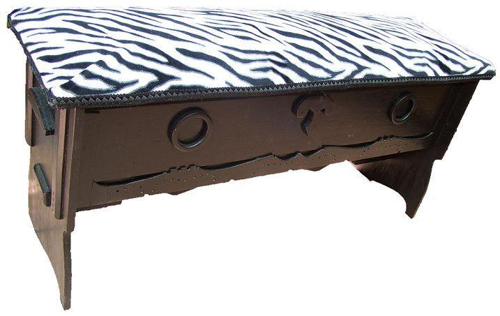 CLAF - Linda Banca Baul Animal Print (COD 539 - Banca Baul) En madera pintada color negro, barnizada. Tapiz acolchado animal print cebra Medidas: - Largo: 87 cm - Ancho: 25 cm - Alto. 38 cm Precio: $ 28.000 www.claf.cl