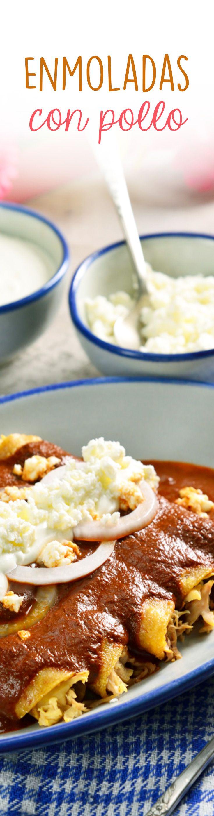 En estas fiestas patrias prepara estas deliciosas enmoladas de pollo acompañadas de arroz a la mexicana y coronadas con crema y queso. Una opción fácil y rica para consentir a tu familia.