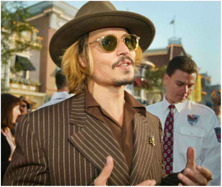 Johnny Depp Makes Fun Of His Own War-On-Terrier Apology - http://www.movienewsguide.com/johnny-depp-makes-fun-of-his-own-war-on-terrier-apology/207388