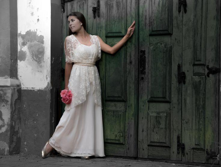 vestido estilo romano en muselina y microtul bordado. #novias #noviaselegantes #noviasconestilo #inspiracionnovias #wedding #lookbodas #bodas #brides #bridal #instanovia #instawedding #instamoment #vestidosdenovia #bridaldress #detallesqueenamoran #amor #altacostura #bridalstyle #bridalfashion #bodasconestilo #love #vintage