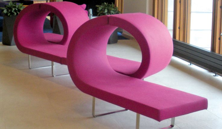 Highway modular seating offers a marked visual impact with horizontal planes and alternation of curves. Ideally suited for lobbies, hotels, airports and other public spaces, the broad and versatile collection allows limitless configurations that create islands, linear and angular benches, or curved compositions.