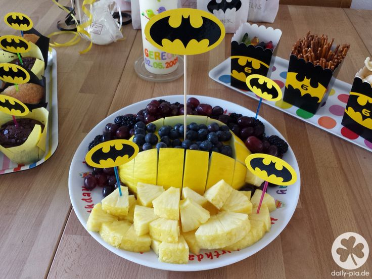 7 best batmangeburtstag images on pinterest batgirl batman party und geburtstag kuchen - Obstteller kindergarten ...