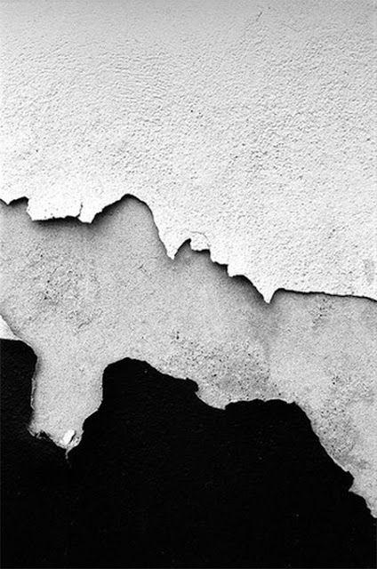 afbladderende verf op een muur. Mooie structuren door het contrast in de kleur verschillen.  http://knitgrandeur.tumblr.com/post/71442800783/via-irregular