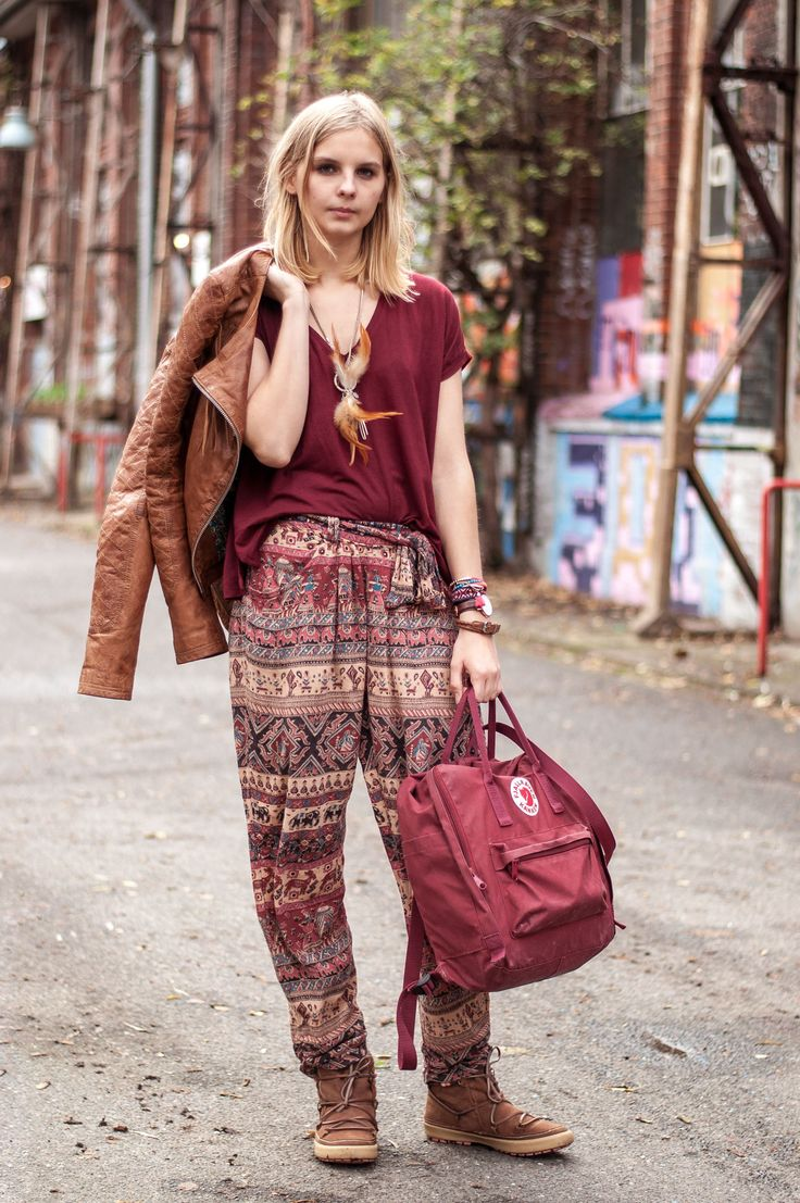Autumn boho style: Fjällräven backpack in burgundy, wide boho pants with elephant print, inuit boots, brown leather jacket with fringes, dreamcatcher feather necklace, hippie, burgundy shirt by Zara  - Streetstyle, Hamburg, Outfit, Blogger