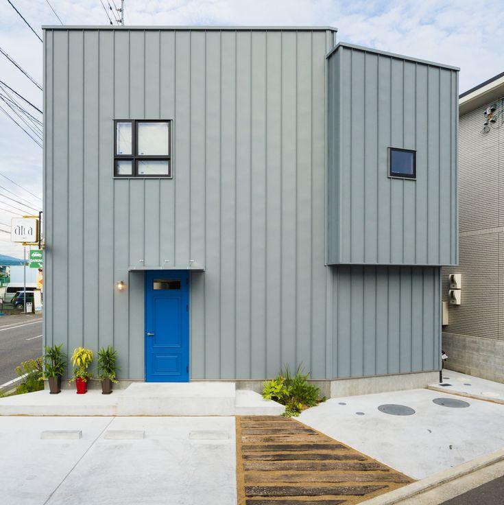. 変形の敷地に建てた五角形の建物は 美容室兼住宅です。 . カシミアグレーの外壁と 店舗のオリジナルドアが個性的。 . ドア上の窓にもひとクセ加えています。 #外観#ファサード#ガルバリウム#カシミアグレー#造作ドア#青#店舗兼住宅#外構#枕木#モルタル#庭木#シンプル#庇#自分らしい暮らし #デザイナーズ住宅 #注文住宅新築 #設計士と直接話せる #設計士とつくる家 #コラボハウス #インテリア #愛媛 #香川 #新築 #注文住宅