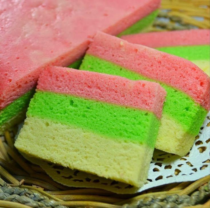 KabariNews - Bolu kukus pelangi. Kue yang memiliki berbagai jenis warna seperti pelangi. Bolu kukus ini memiliki tekstur yang empuk dan lembut