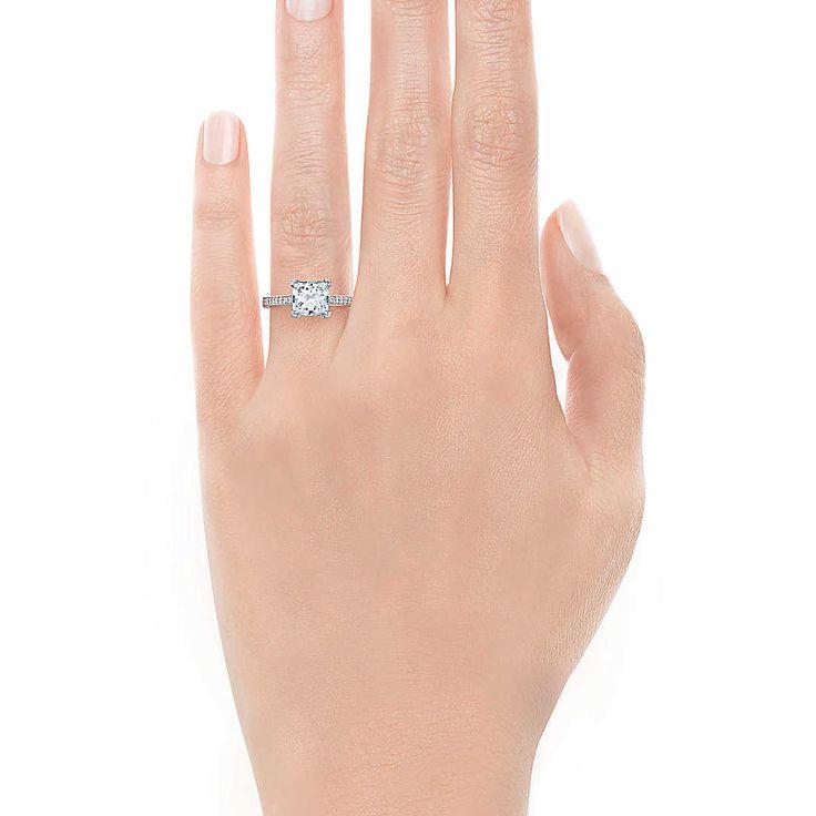 Tiffany Grace - faixa de platina com cintilantes brilhantes e um diamante com lapidação princesa.