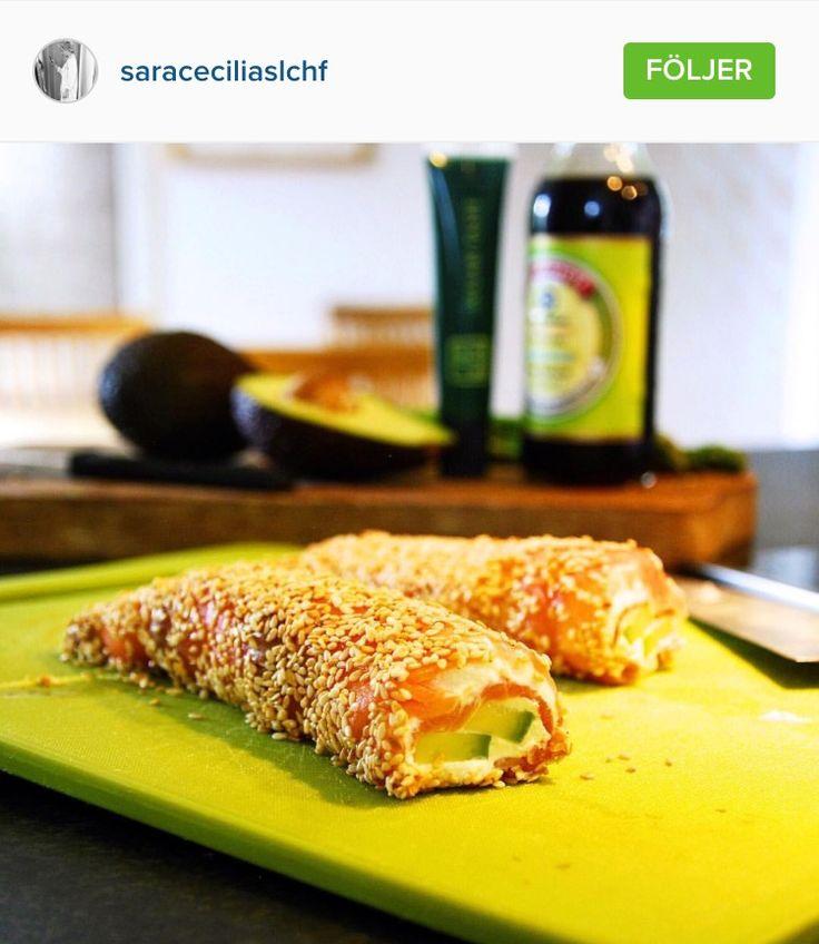 Laxrullar fyllda med färskost (Cantadou med smak av pepparrot) och avokado som rullas i rostade sesamfrön och doppas i soja.