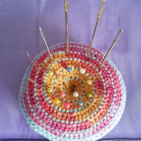Handmade mandala pincushion I use to organize my needles for craftprojects and embroideryworks. Very handy!  #pincushion #mandala #mandalasharing #needles…
