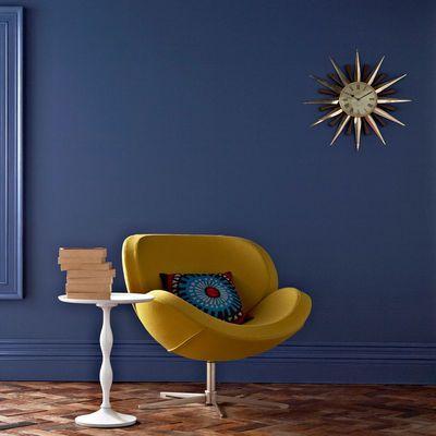 bleu profond éclairé par le jaune du fauteuil revétu de laine