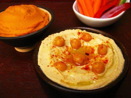 Hummus com pimentão e alho assados