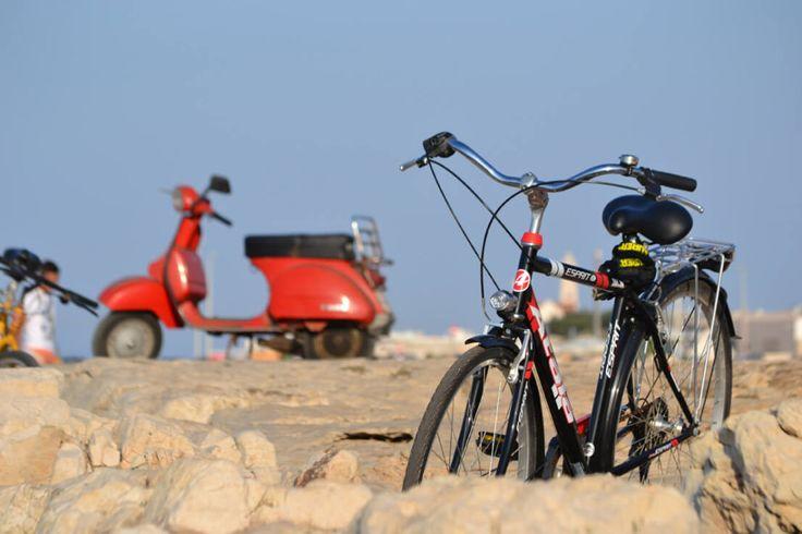 bicicletta e vespa sullo sfondo con effetto profondità