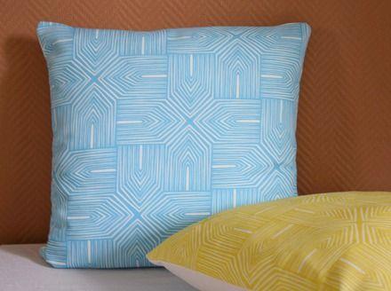 La housse de coussin Ethnique Bleu est un tissu d'ameublement de la marque…