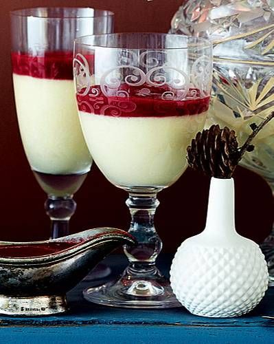 Als Weihnachtsdessert gibt's diesmal eine süße Überraschung: Champagnermousse mit Himbeerpüree. Und den Rest der Flasche? Trinken wir natürlich dazu! Zum Rezept: Champagnermousse