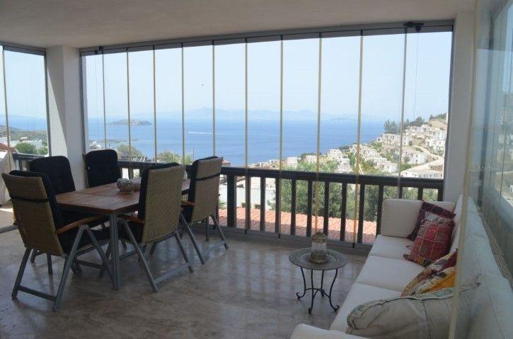 DENİZ MNZ 2+1 VE STUDIO DAİRE BİRLİKTE http://www.sweethomebodrum.com/Detay.asp?Grup=&DilSecim=1&UrunID=987  Gümüşlük'te iyi bir site içinde, güzel konumlu dairelerdir.  3 katlı binanın orta katı ve bahçe katını içermektedir.  Bahçe katında 25m² Banyolu studio daire vardır.  Bir üst katında 65m² 2 yatak odası, Salon, Mutfak ve Banyo ile bir daire daha bulunmaktadır.  20m² kapalı balkonu, deniz manzarası ile keyiflidir.  Ev genel olarak aydınlık ve ferahtır.  Sitenin yüzme havuzu ve otoparkı…