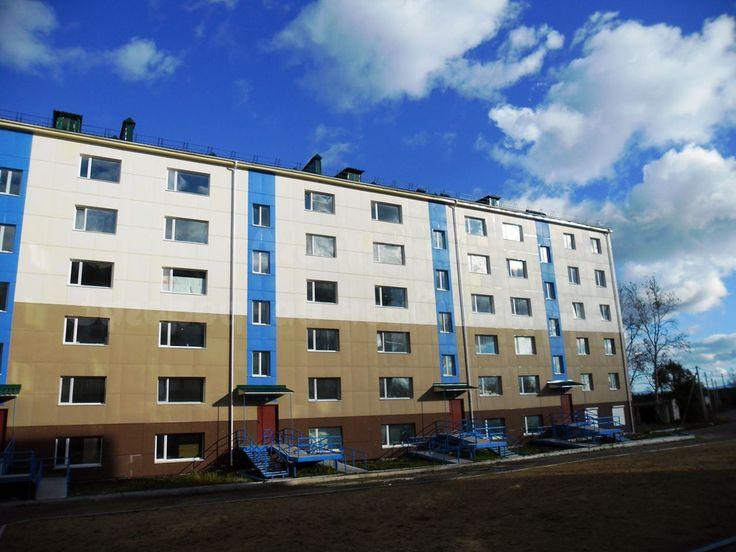667. Исключительно удачный проект для 2-комнатной квартиры   В связи с отъездом в другой город продается отличная квартира в самом центре пос. Приамурский. Дом новый, кирпичный, идеально расположен — в тихом месте, но в то же время в самом центре поселка. Квартира просторная 70 кв.м, окна выходят на южную сторону дома. Панорамное остекление в двух просторных комнатах площадью 20,6 и 24 кв.м. Имеется застекленная лоджия. Большая кухня 12 кв.м. Вместительный шкаф-купе в прихожей, кондиционер…