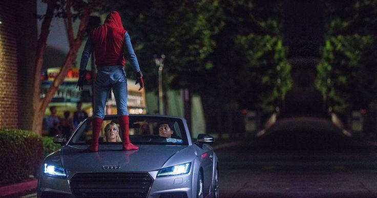 В ролике показывают, как Питер Паркер сдает на права, лихачет, испытывает беспилотный режим езды у седана и борется с вормами банка.