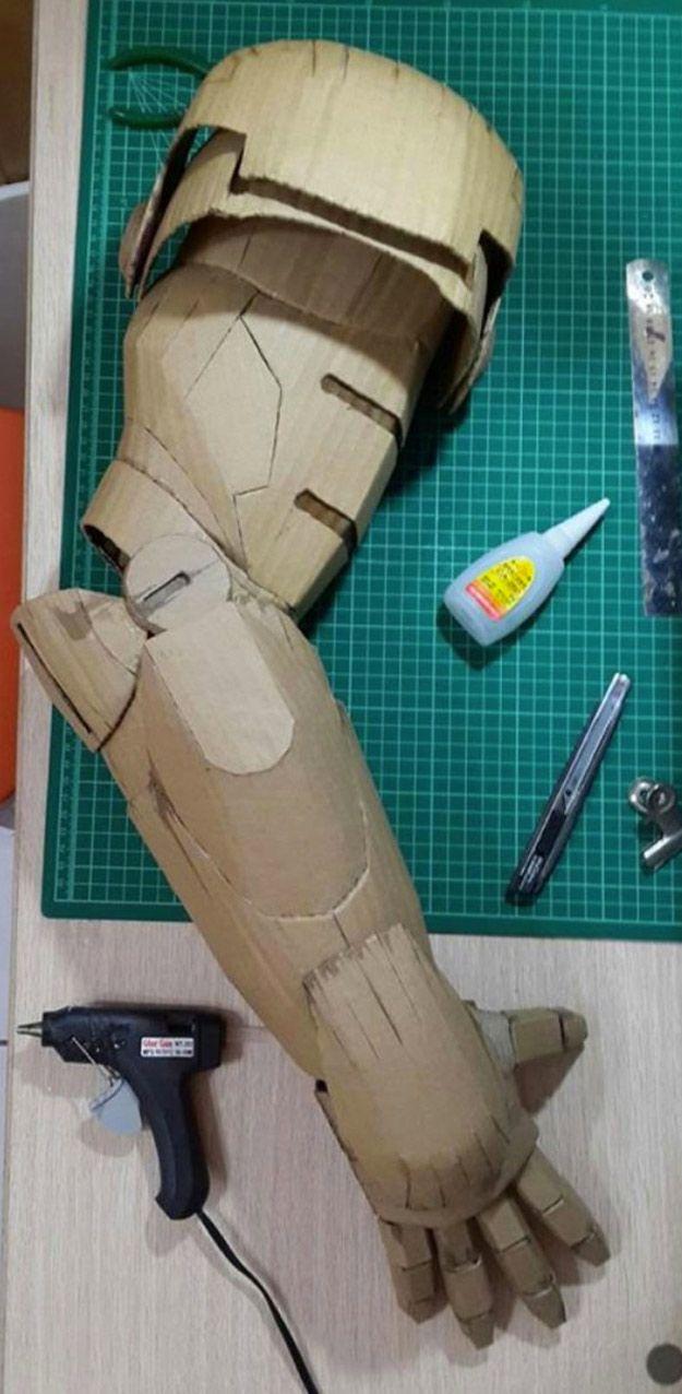 Impresionante este traje de Iron Man realizado a base de cartón por Kai-Xiang Xhong, un estudiante de arte taiwanés de 20 años de edad. Xhong dedicó...