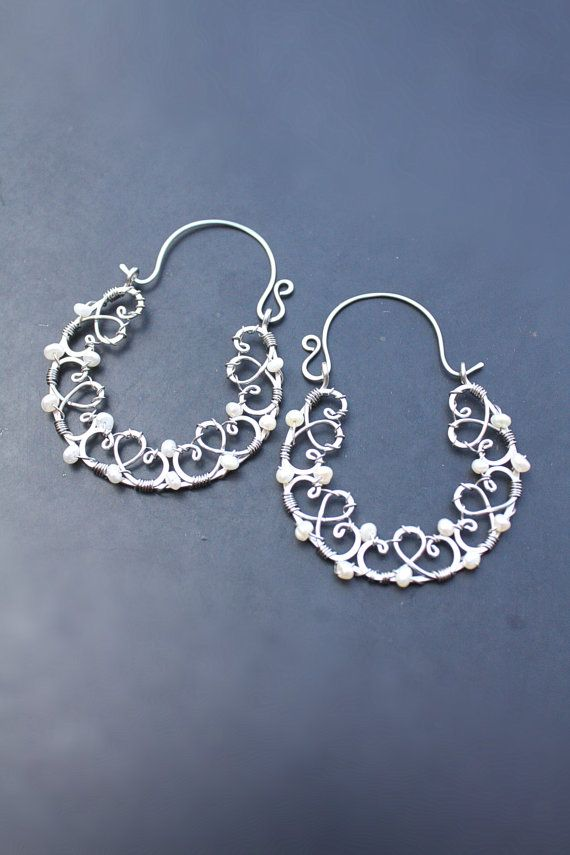Wire hoop earrings freshwater pearls white di SusyDeMarchiJewelry, €58.00