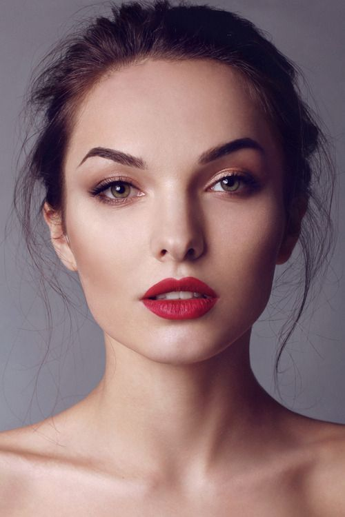 Subtle face makeup. Some gently smoked liner and filled in brows. The focus is on the red lips. This whole look is so classic and wearable
