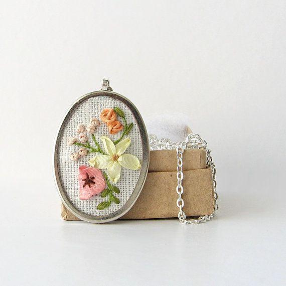 Пастель букет ожерелье, вышитый кулон, цветочные колье, ожерелья цветка, Ботанический ювелирные изделия, Овальный кулон с цепочкой