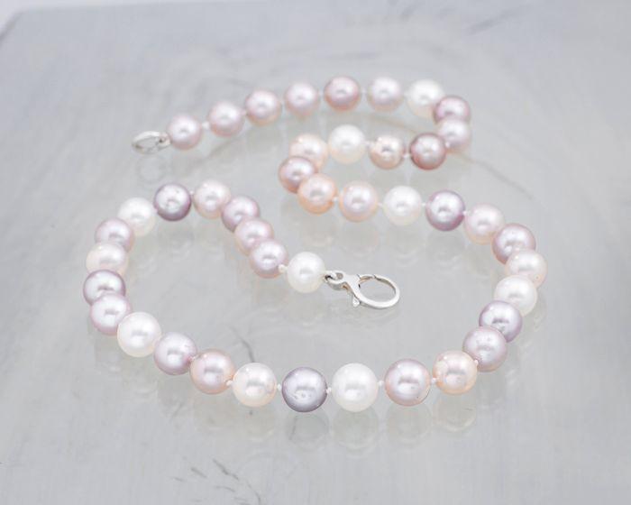 Naszyjnik z pereł w pastelowych odcieniach - jako dodatek do stylizacji ślubnej.  #wedding #ślub #ślubneinspiracje #naszyjnik #perły #pastelowy #pasteloweperły
