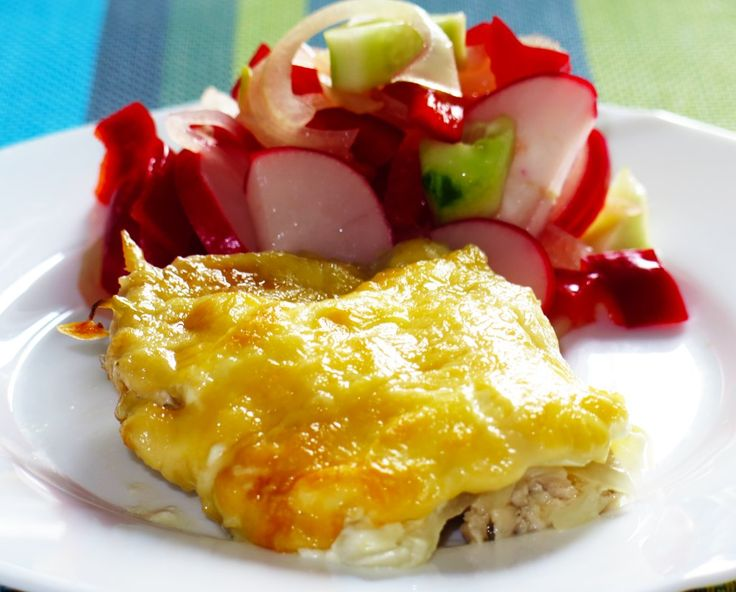 Запеченное куриное филе с луком и сыром