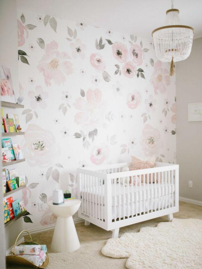 Papel pintado floral para Harper: habitación de bebé niña decorada con papel pintado flores en tonos grises, rosados y blancos.