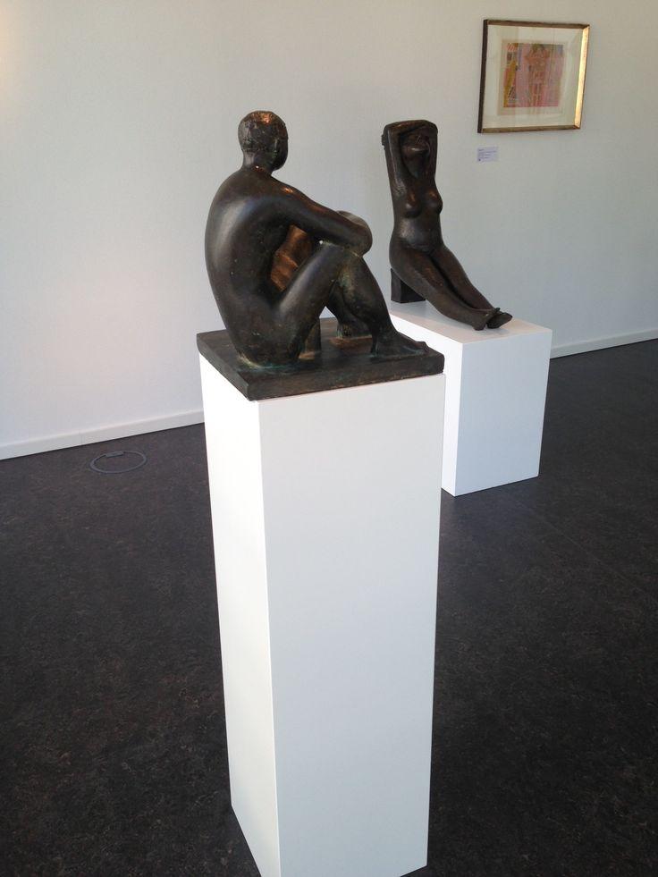 Galerie Duitsland met kunst op witte MDF sokkels / zuilen