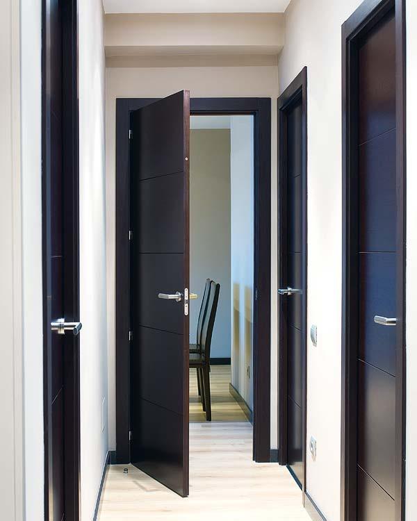 puertas negras con rodapie negro y suelo madera
