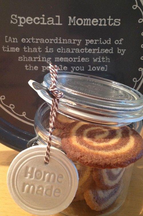 Zelfgebakken koekjes verpakken in weckpot met label gemaakt van klei