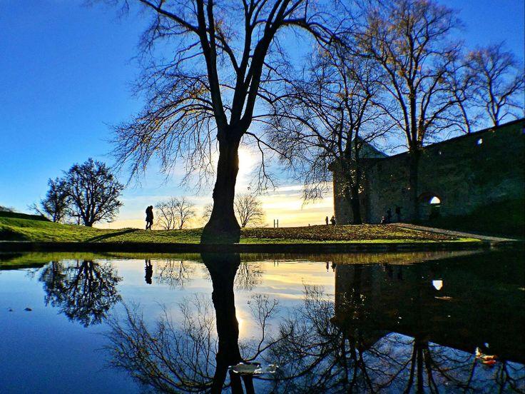 Wunderschön blaue Lichtstimmung bei der Festung Akershus in Oslo. Foto: Helge Rosbach