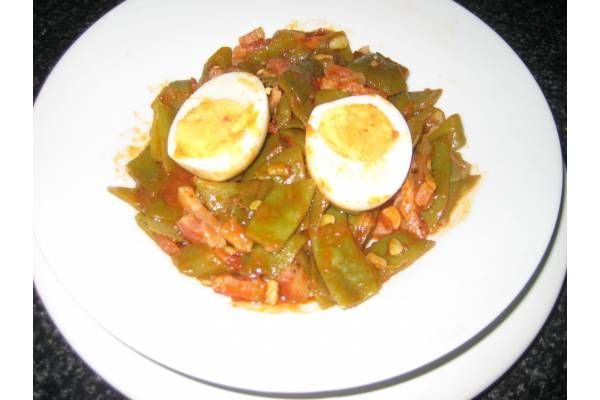Poner a cocer las judias verdes cortadas como se prefiera, y limpias en agua hirviendo con una pastilla de Avecrem caldo de Verduras -30% de sal.