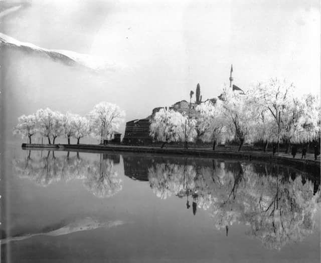 Πρωινή πάχνη στη λίμνη..._Μία πολύ όμορφη ατμοσφαιρική εικόνα στα Γιάννενα το 1934....!_Φωτογράφος Βασίλης Κουτσαβέλη