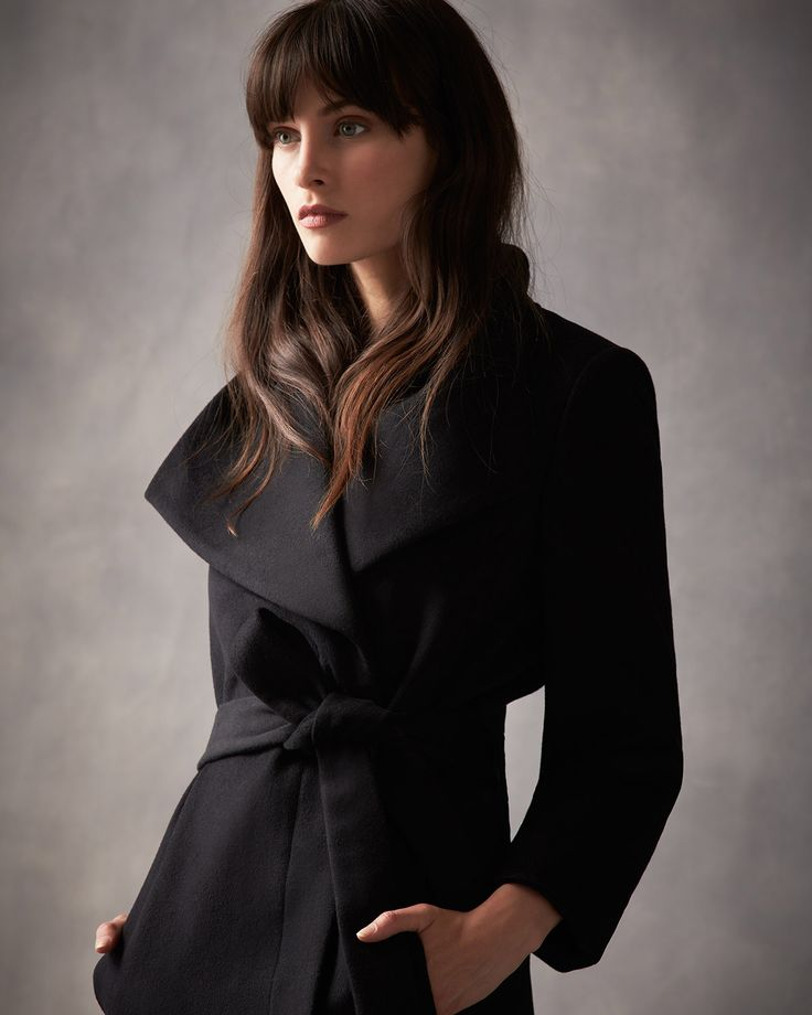 A timeless coat with wide lapels, in a double breasted cut with concealed buttons and a detachable waist belt. With two front pockets and a satin lining.