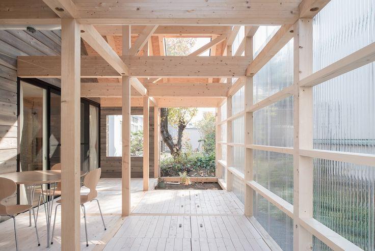 Construído na 2015 na Sapporo, Japão. Imagens do Yuta Oseto. Esta é uma casa conta com um grande volume de ar, coberto por um teto de superfície translúcida que o mantém protegido da chuva e do vento. No...