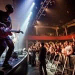 Eagles Of Death Metal regresaron a la sala Bataclan casi un mes después de los atentados terroristas