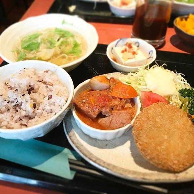 お肉のトマト煮込みとメンチカツ定食‼️なんとっ‼️スープスパゲティもお吸い物的な役割でついてきます😍雑穀米と豆腐がヘルシー🍚ボリューム満タンで午後も頑張りまっす🤤👍😊💯🤗 #肉 #米 #定食 #ランチ #メンチカツ #トマト煮込み #トマト #豆腐 #スパゲティ #スープスパ #スパゲッティ #サラダ #キャベツ #渋谷 #tokyo #japan #shibuya #くまポン