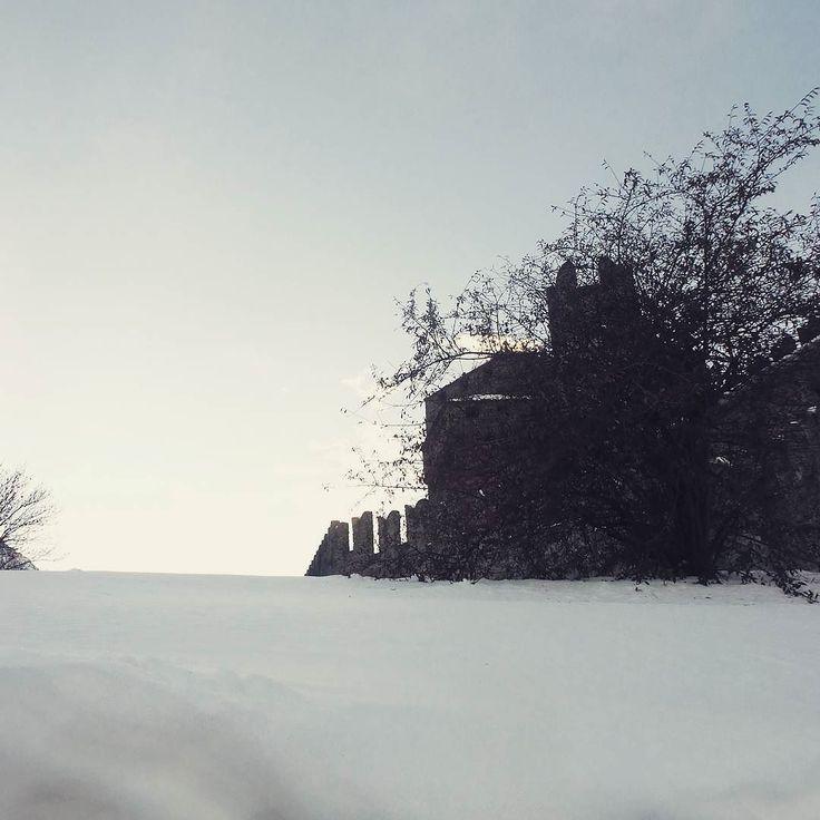 Paesaggi discreti #igersvalledaosta #invda #valledaostaimmaginiemozioni #castellodifenis #aostavalley #neve #favolaerealtà #landscape #sky #chezhcdc #insta #lovevda