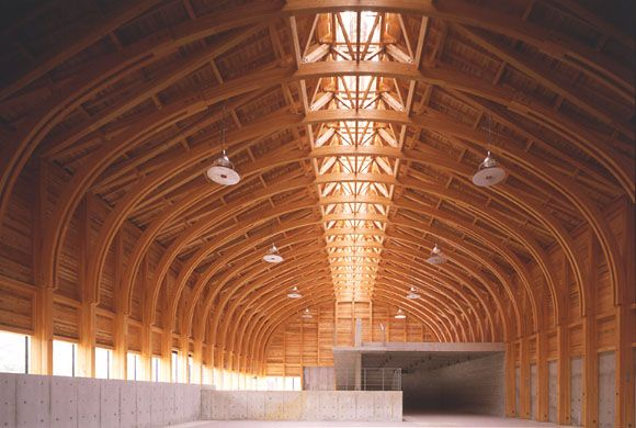 This museum for fishing-related crafts has an 18.5 meter-wide (60.7 feet) roof constructed of laminated timber trusses. Sunlight fills this generous space from a central skylight, illuminating the fishing boats and assorted exhibits below.