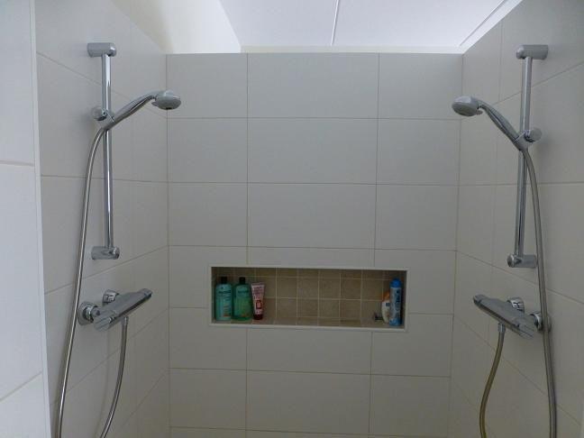 17 beste idee n over dubbele douche op pinterest douche idee n twee douchekoppen en douches - Douche italiaanse muur ...