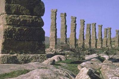 El yacimiento de los Bañales, uno de los conjuntos urbanos de la época imperial romana más completos, esta situado en el término municipal de Uncastillo, en la Val de Bañales, y toma su nombre de la ermita construida en el lugar ya que se desconoce su denominación original.