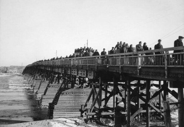 Zdjęcie z 1946 r. Tymczasowy drewniany most przerzucony przez Wisłę na wysokości ulicy Karowej. Zbudowali go saperzy Armii Czerwonej. Drugi taki most powstał przy Cytadeli. Tymczasowe przeprawy łączyły brzegi rzeki w zastępstwie wysadzonych przez Niemców stałych mostów. Oba drewniane mosty zniszczyła wiosenna kra w 1947 r.
